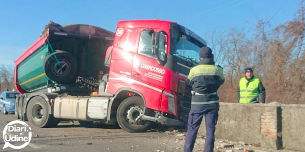 Camion abbatte il muro della ferrovia e blocca il traffico dei treni