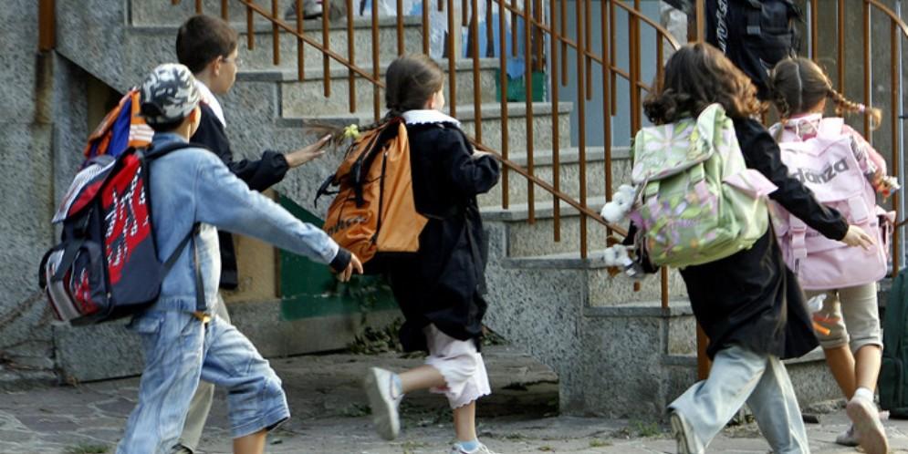 Studenti all'ingresso della scuola - Immagine d'archivio