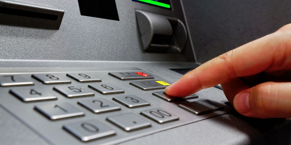 Ruba il bancomat del fratello per prelevare contanti: denunciato