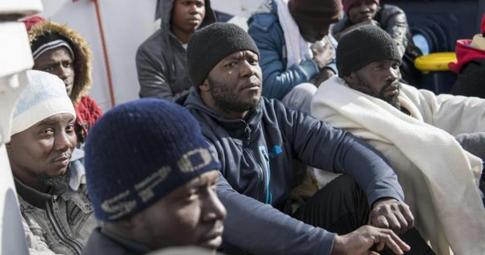 Salvini avvisa l'UE: «Migranti da ricollocare? Da Bruxelles zero risposte, porti rimangono sigillati»