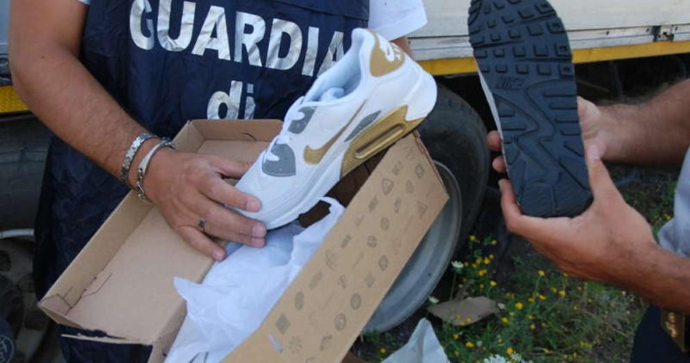 Gdf sequestra oltre 140.000 paia di scarpe Nike contraffatte