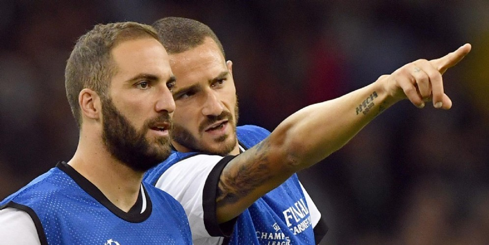 Gonzalo Higuain e Leonardo Bonucci: protagonisti assieme a Caldara del maxi scambio della scorsa estate fra Juventus e Milan