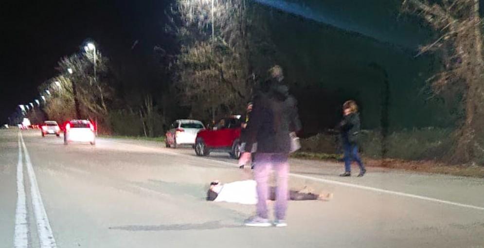 Si sdraia sull'asfalto in viale dello Sport: traffico in tilt