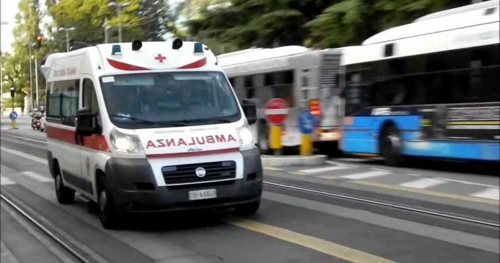 Trieste, incidente tra moto e furgoncino in via Rossetti: biker in ospedale