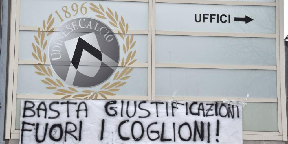 I tifosi perdono la pazienza: striscione 'eloquente' fuori dal Friuli