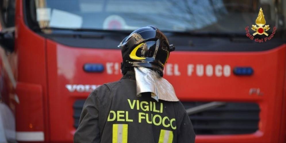 A fuoco un fienile a Collegno: fumo visibile dalla tangenziale