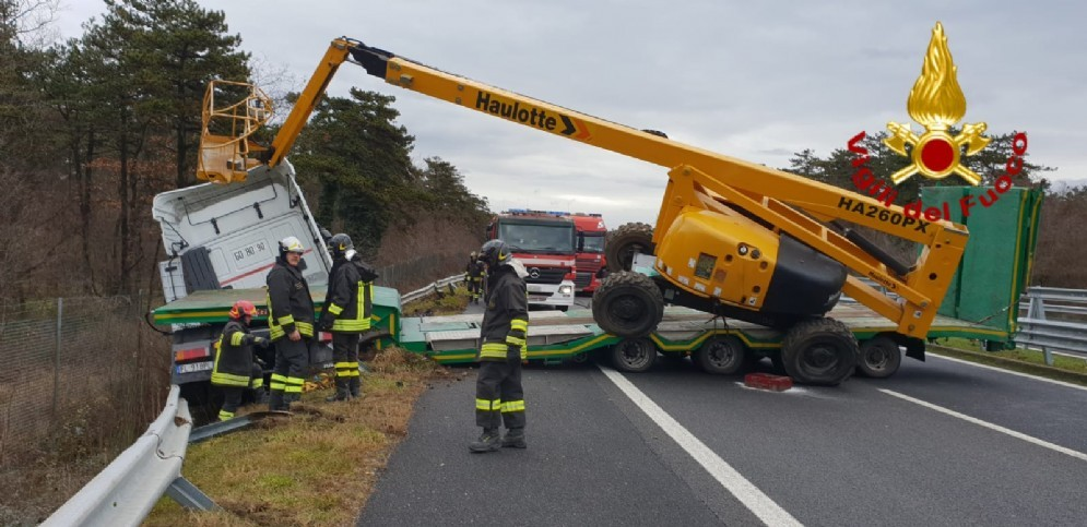 Tir esce di strada sul raccordo autostradale: traffico in tilt in direzione Venezia