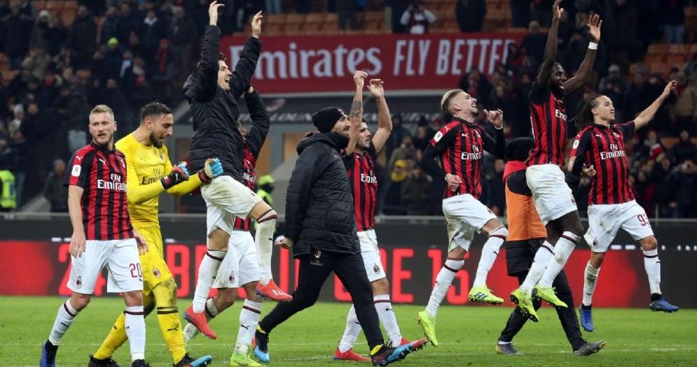 I rossoneri esultano dopo la vittoria sul Napoli