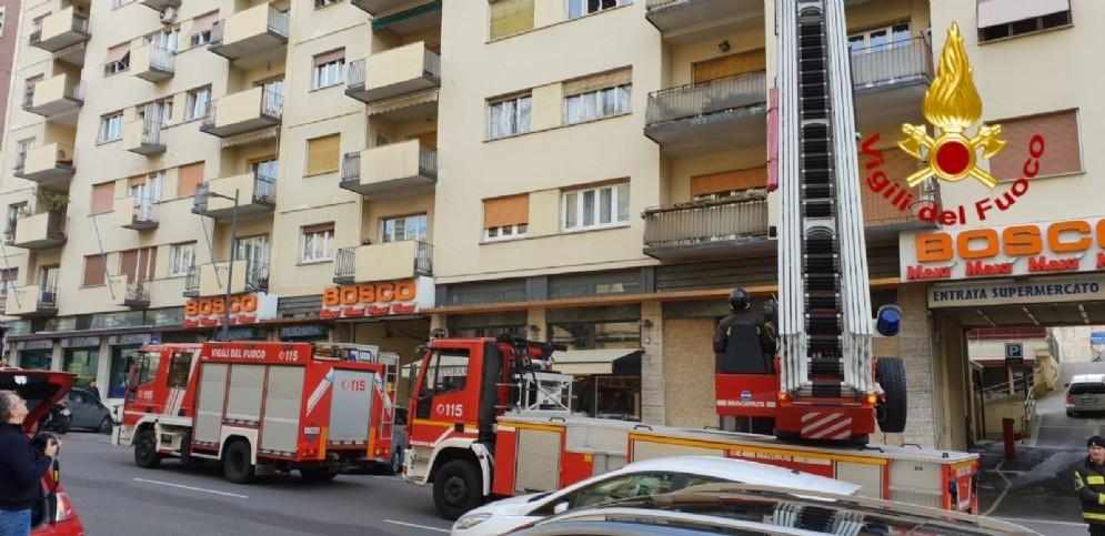 Fumo da un appartamento di via del Coroneo, intervengono i vigili del fuoco