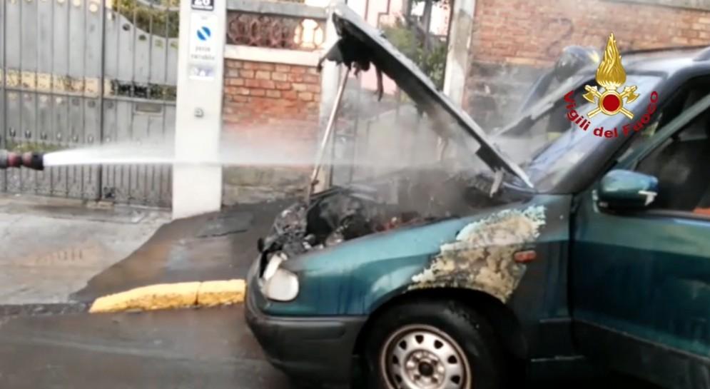 Auto parcheggiata prende fuoco in mezzo alla strada in via Buonarroti: intervengono i vigili del fuoco