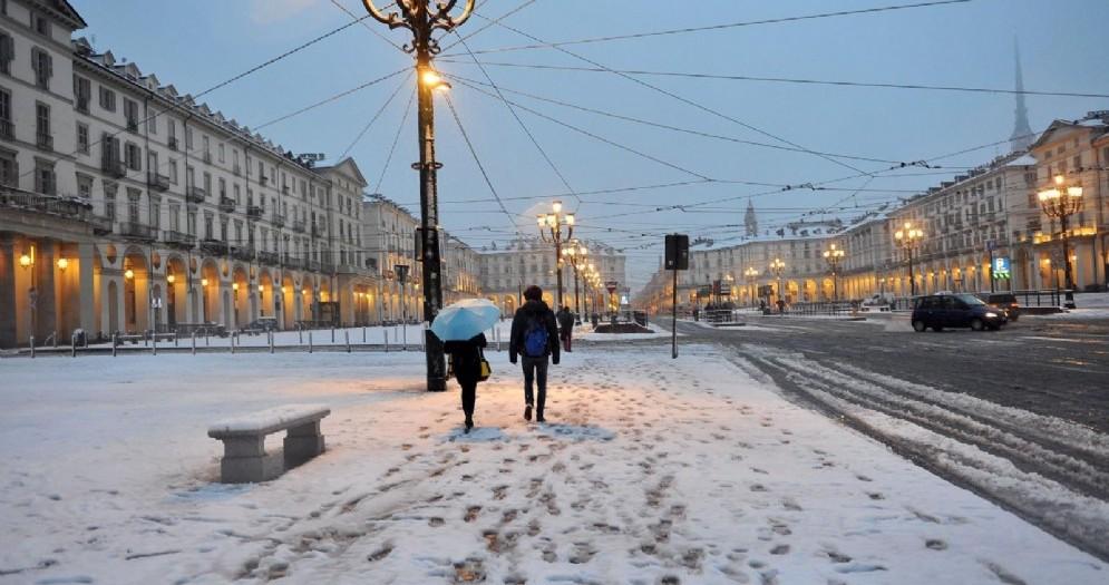 Risveglio imbiancato per Torino, la neve cadrà per tutto il giorno: le previsioni ora per ora