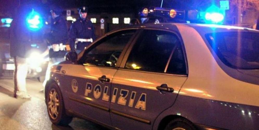 Picchia e minaccia la moglie, da ubriaco prende a calci la polizia: arrestato bosniaco