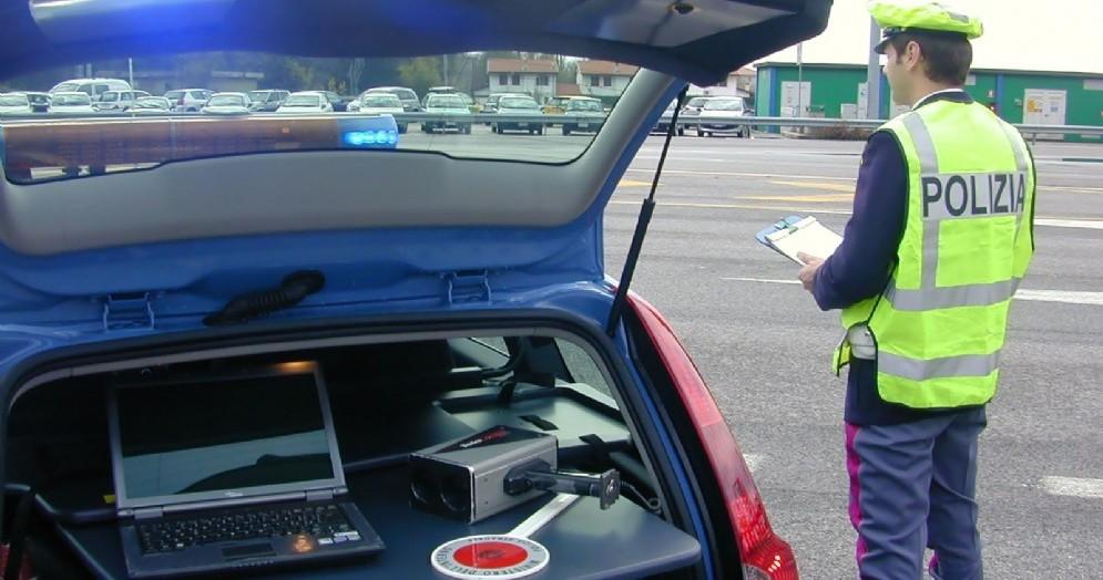 Torna alla guida con la patente sospesa e usa il cellulare: auto sequestrata