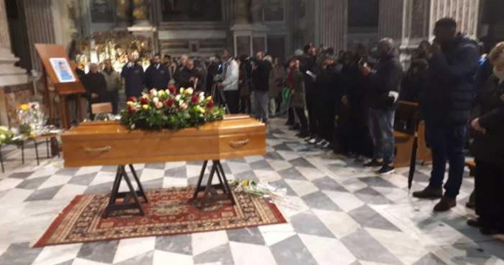 Migranti, in centinaia al funerale di Prince Jerry