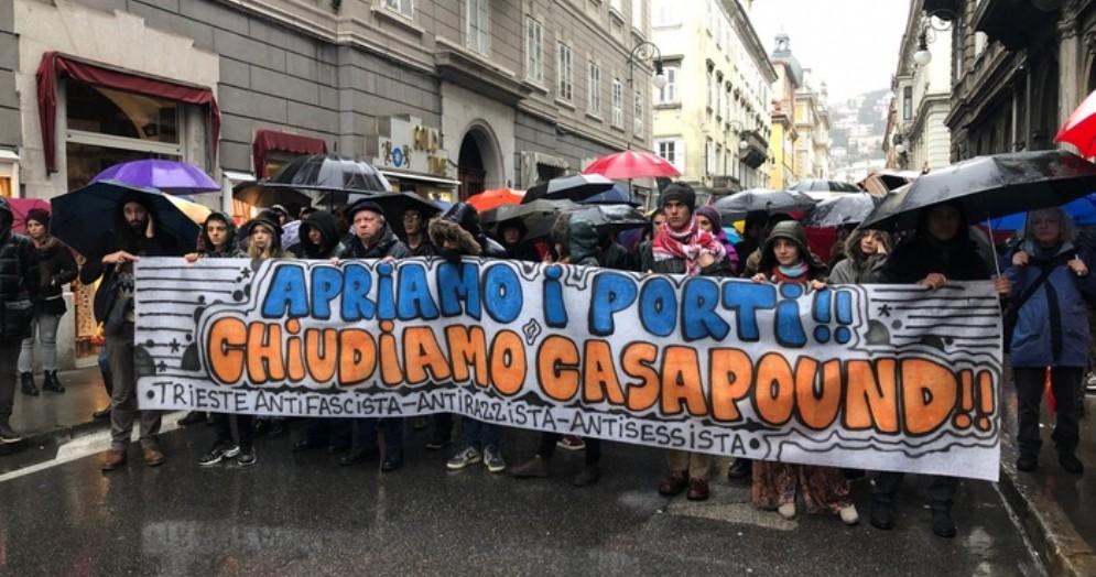 CasaPound apre la sede a Trieste, manifestanti «antifascisti» cercano contatto