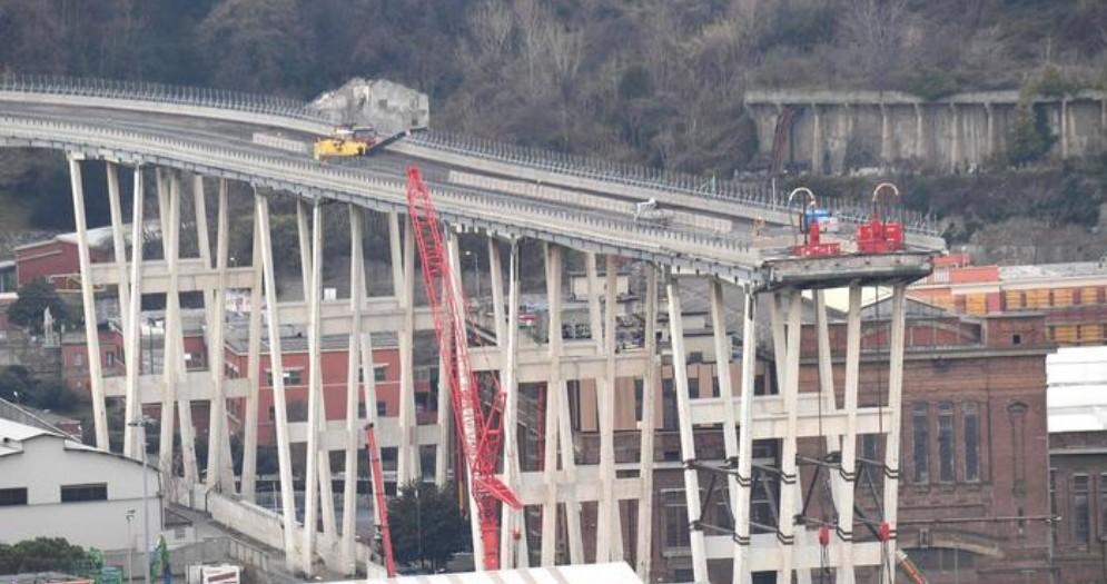 Quello che rimane del ponte Morandi a Genova