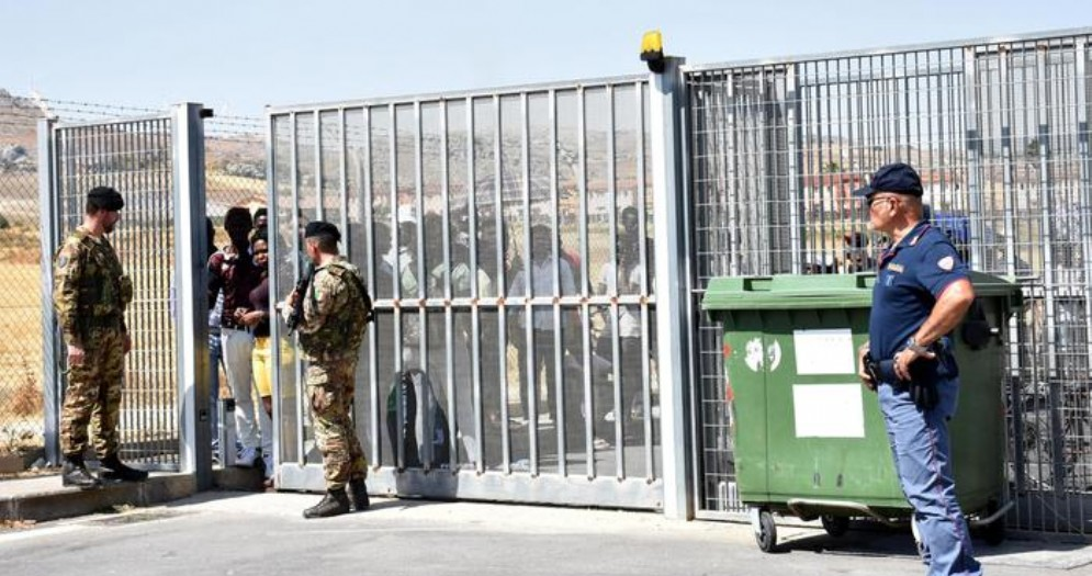 Inizierà domani il trasferimento dei migranti ospitati nel Cara di Mineo