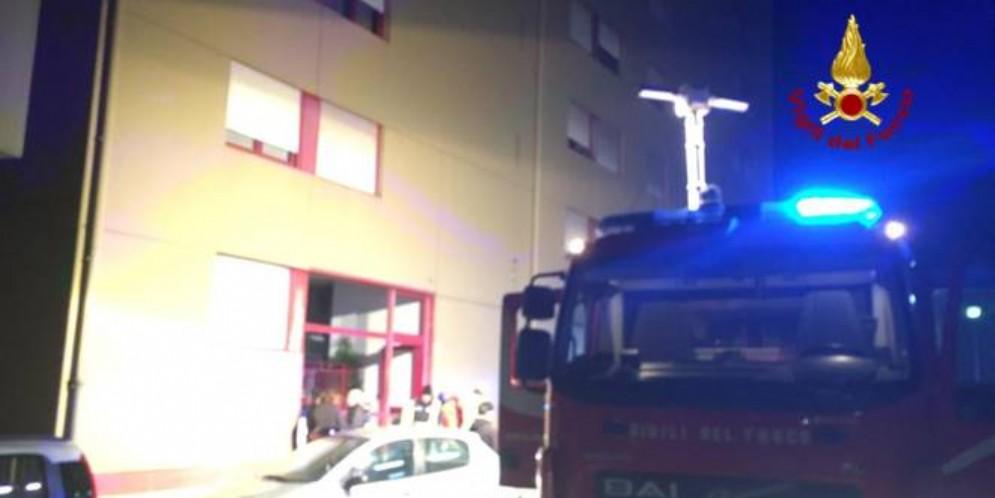 Begato, incendio di un ascensore. Palazzo evacuato e inquilini intossicati
