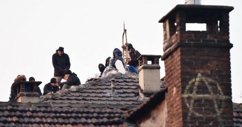 Sgomberato l'Asilo Okkupato di via Alessandria: tensioni tra Forze dell'Ordine e anarchici