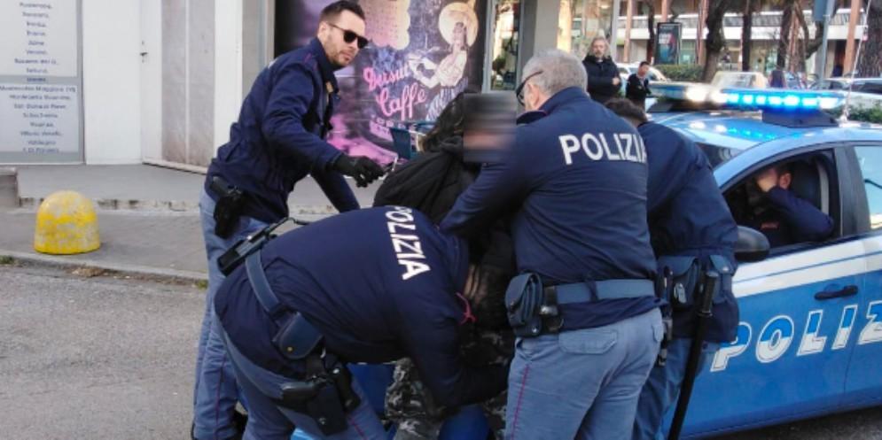 Aggrediscono uno straniero e poi si accaniscono contro la Polizia: arrestati