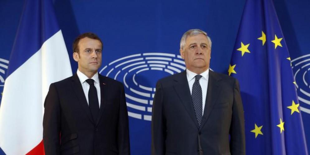 Il Presidente francese, Macron con il Presidente del Parlamento europeo, Antonio Tajani