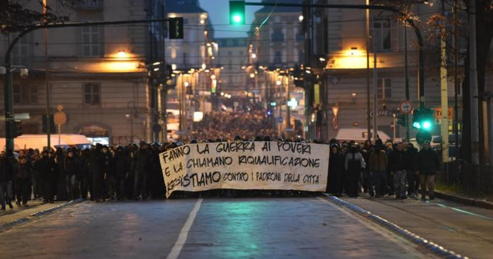 Torino, scontri al corteo dei centri sociali: 11 i fermati. Salvini: «Galera per questi infami»