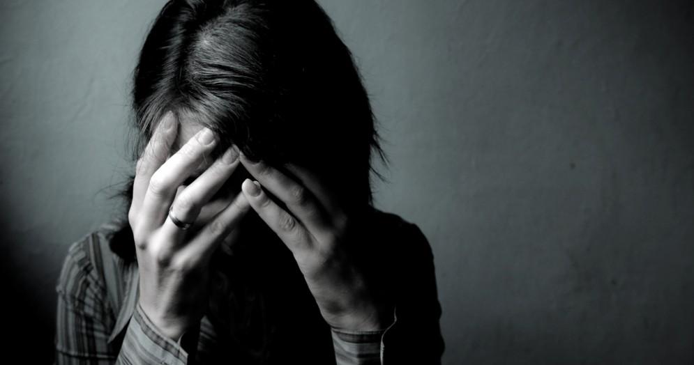 «Togliti che voglio buttarmi»: donna salvata dal suicidio