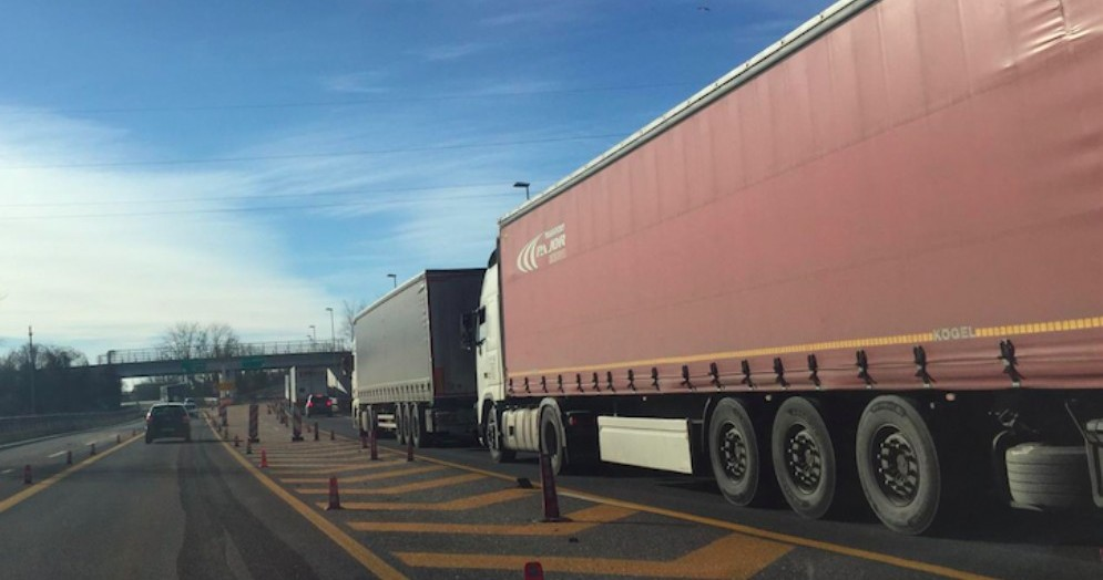 Traffico intenso in autostrada: 1 km di coda tra A4 e A23