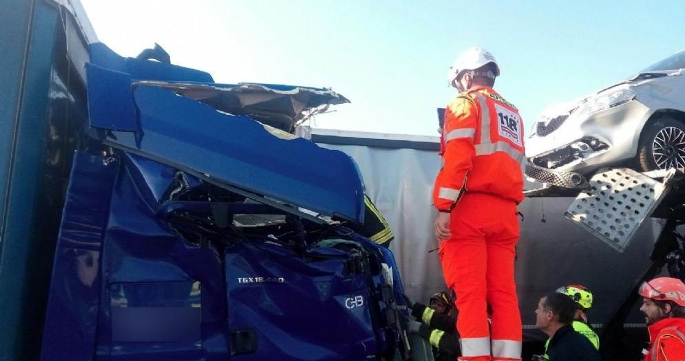 Maxi-tamponamento tra mezzi pesanti: autostrada bloccata