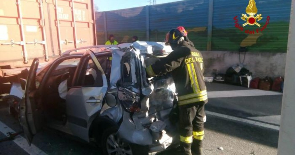 Auto schiacciata tra due camion in A26: miracolati i tre occupanti