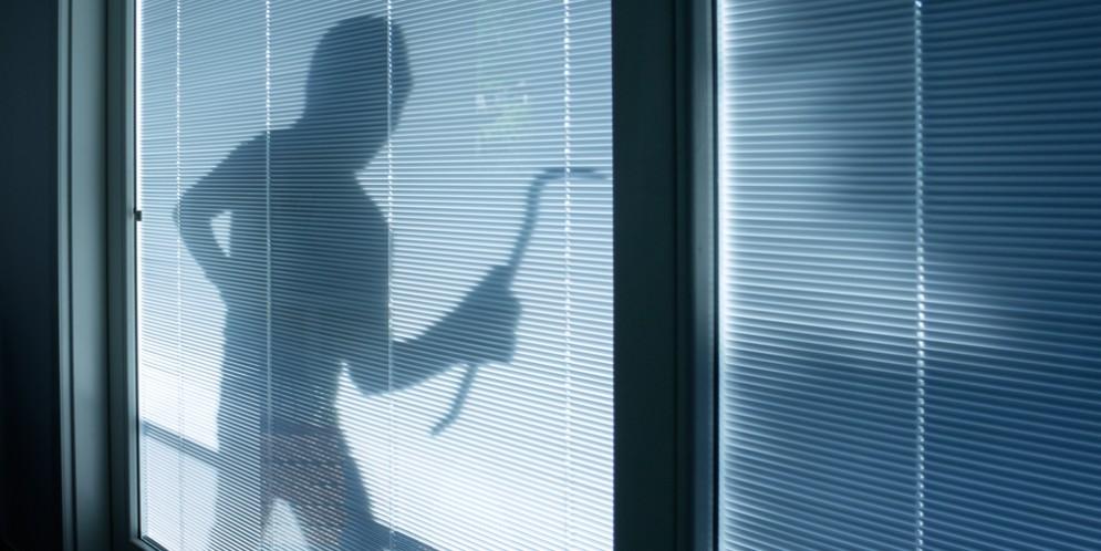 Pralungo, danni alla vetrina della Tabaccheria in Via Gramsci