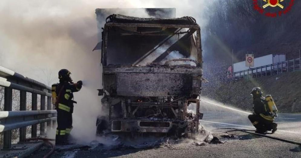Camion a fuoco in autostrada: tir distrutto dalle fiamme sull'A12