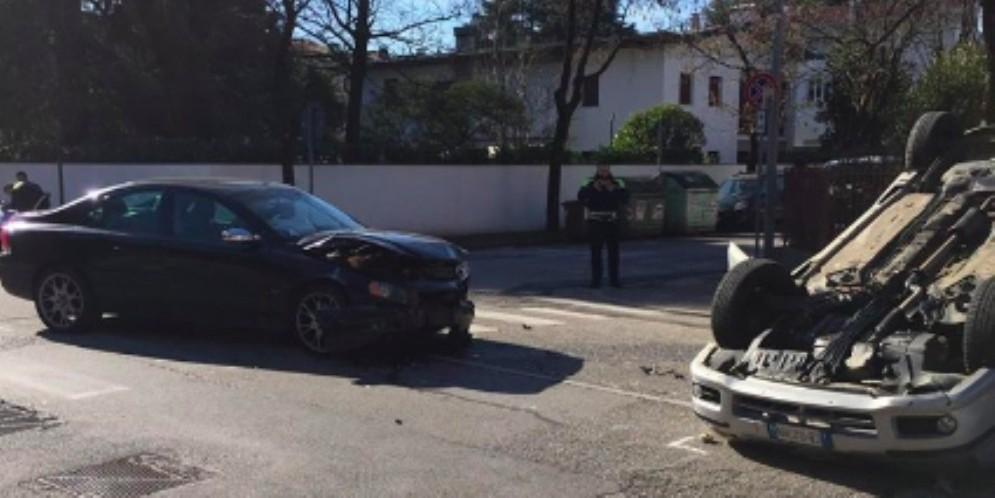 Scontro tra due auto in via D'Artegna: una finisce ruote all'aria