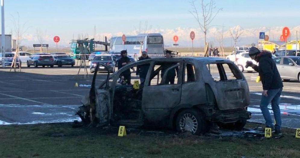 L'auto data alle fiamme a Vercelli