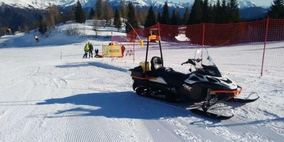 Attraversa la pista di sci con la motoslitta e ferisce una ragazza: denunciato