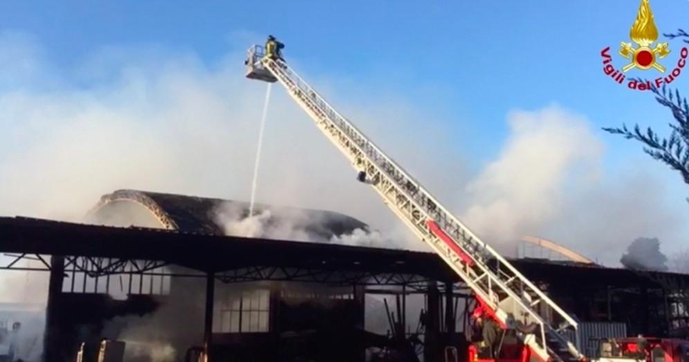 Vasto incendio in capannone industriale: danni ingenti