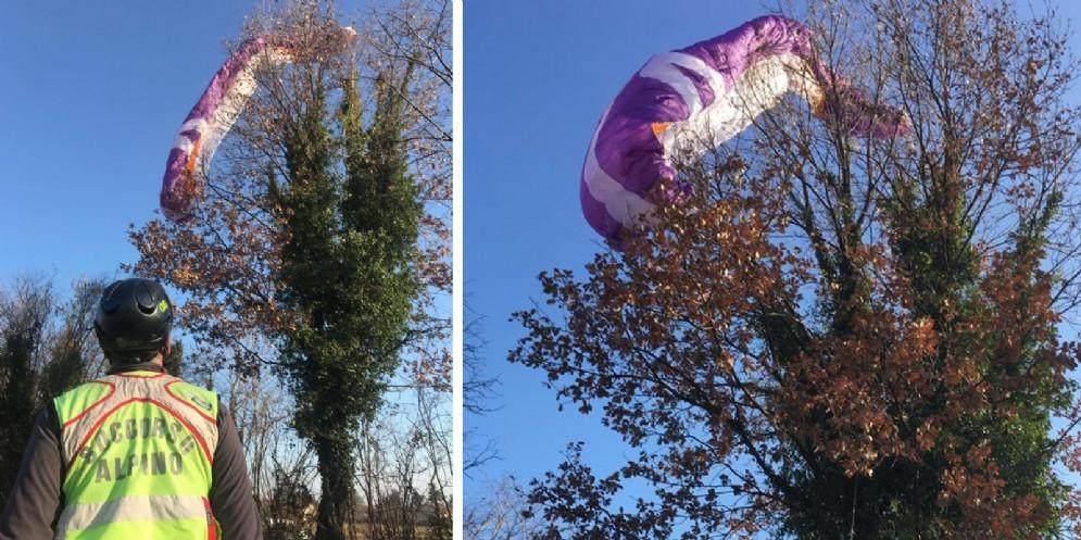 Parapendista finisce su un albero: recuperato dal Cnsas