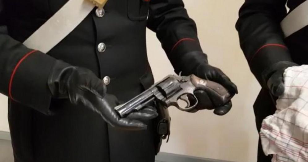Una delle pistole recuperata dai Carabinieri