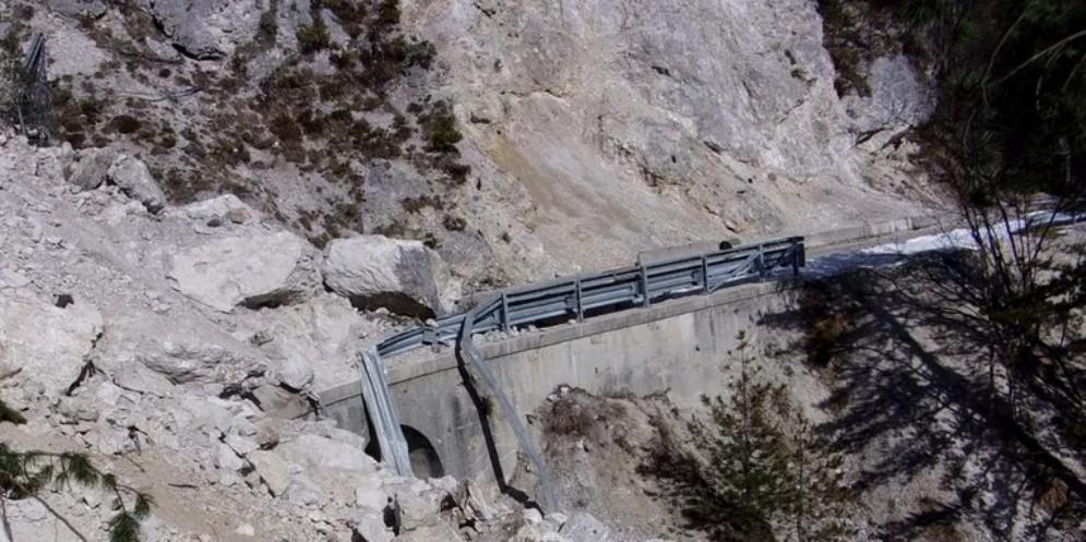 Strada della Val Dogna interrotta per una frana