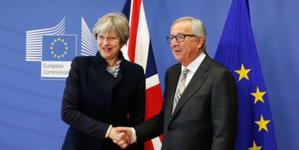 Il Premier britannico, Theresa May con il Presidente della Commissione europea, Jean Claude Juncker