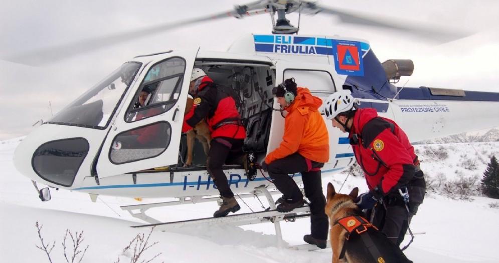 Escursionista con un cane investiti da scariche di sassi sul Cimone del Montasio
