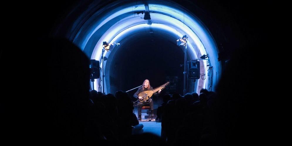 Van Wissem e la sua «musica al contrario» di scena nei sotterranei di Trieste