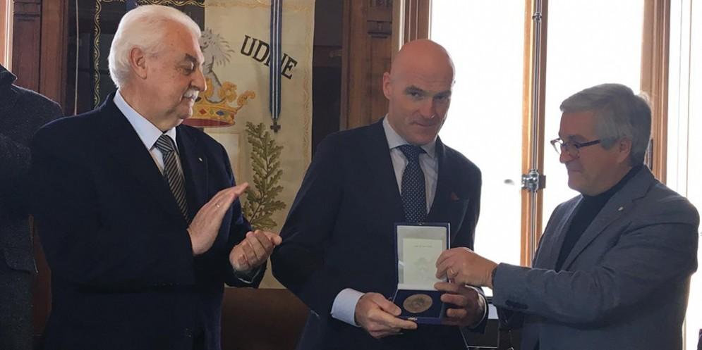 Il sindaco Fontanini consegna il sigillo della città a Michele Pittacolo
