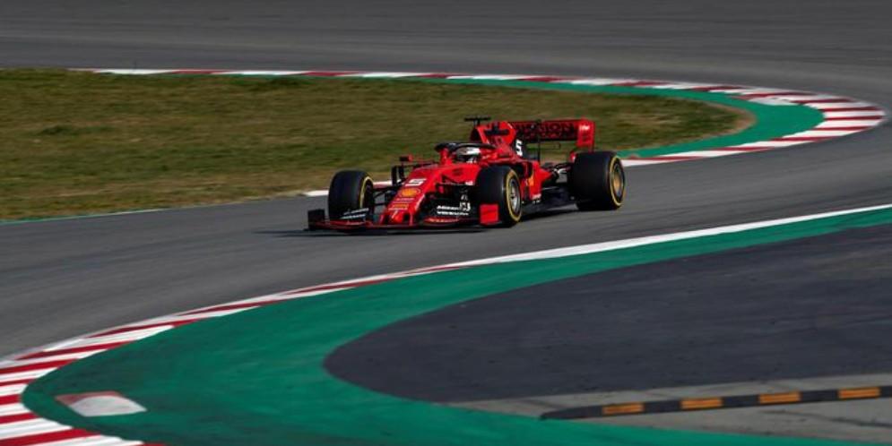 La Ferrari di Sebastian Vettel in azione nei test di Barcellona