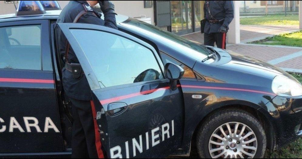 Trova tracce di droga nella stanza del figlio e lo denuncia ai carabinieri