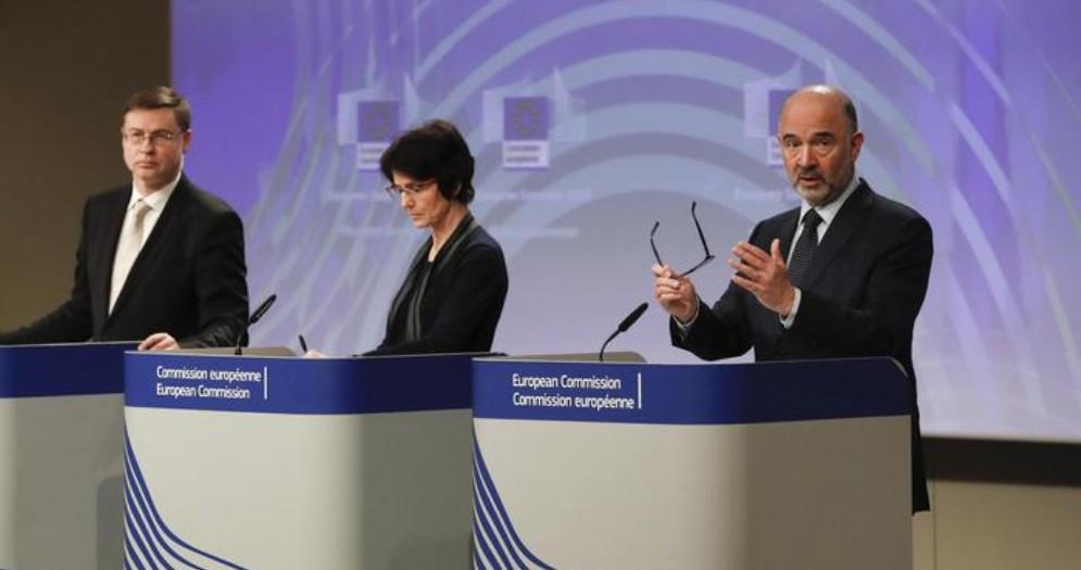 Valdis Dombrovskis, Marianne Thyssen e Pierre Moscovici durante la conferenza stampa