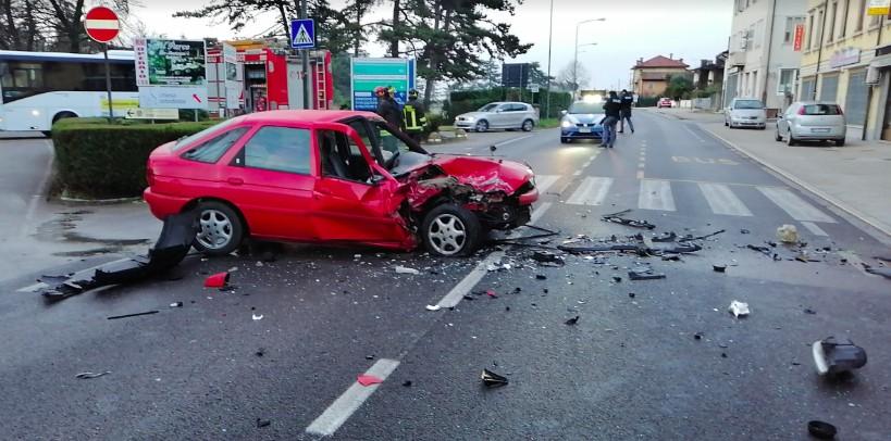 Auto contromano in via Pozzuolo: ferite due persone