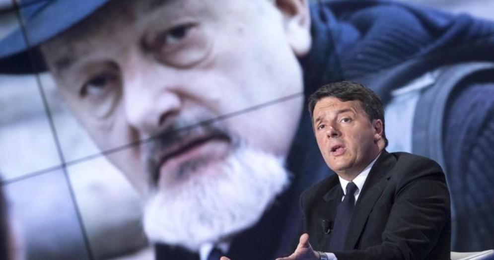 Matteo Renzi con sullo sfondo la foto del padre Tiziano