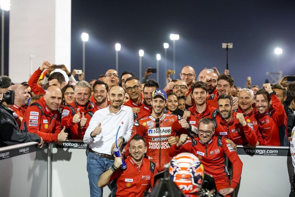 Dovizioso trionfa in Qatar, festeggiamenti a fine gara