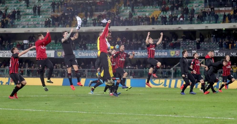 La festa dei rossoneri dopo la vittoria contro il Chievo